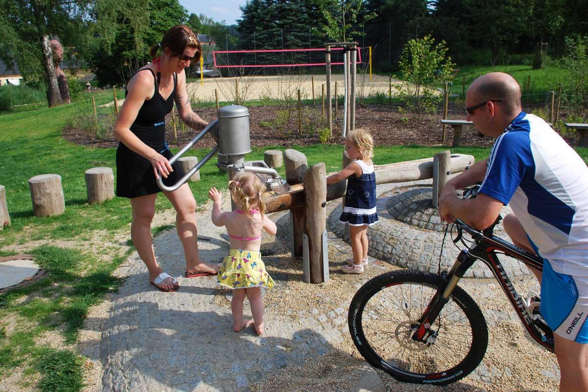 Familie am Wasserspielplatz