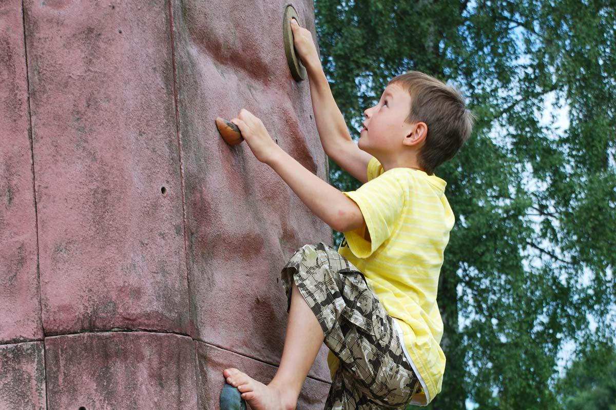Kind beim Bouldern