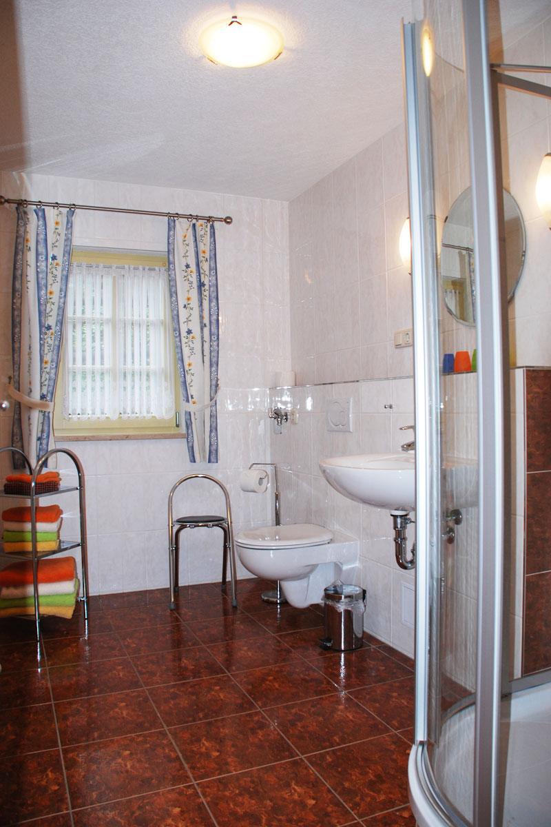 Ferienhaus am Osterbrunnen - Ferienwohnung 1 und 2 - Badezimmer mit WC und Dusche