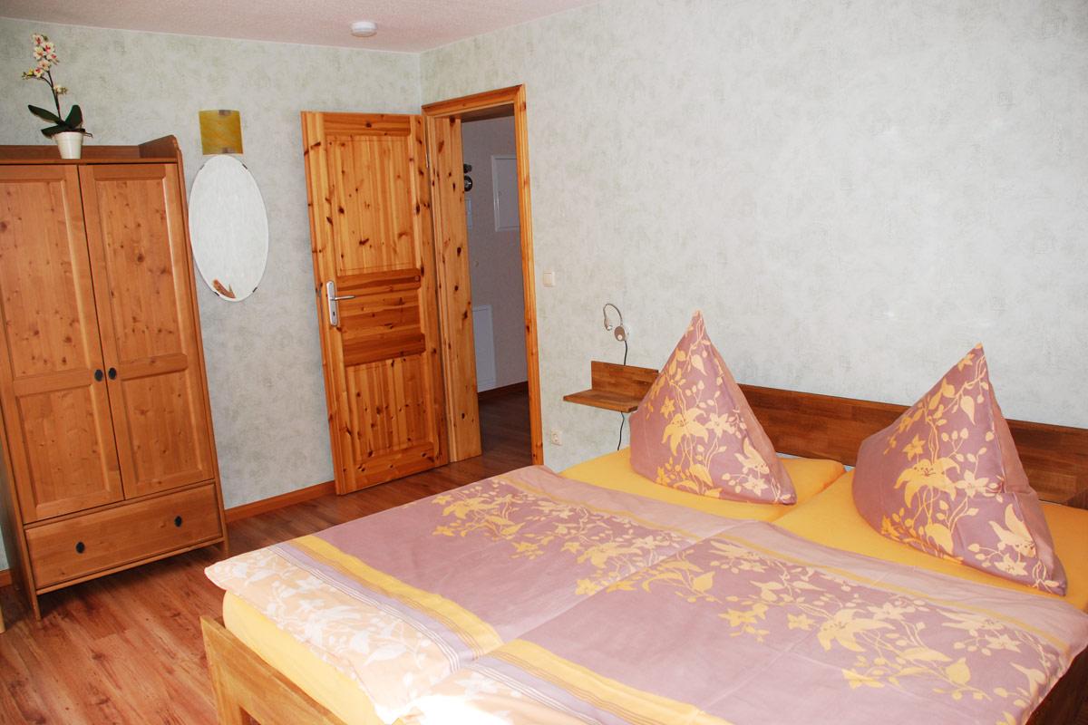 Ferienhaus am Osterbrunnen - Ferienwohnung 1 und 2 - Schlafzimmer Eltern mit Doppelbett