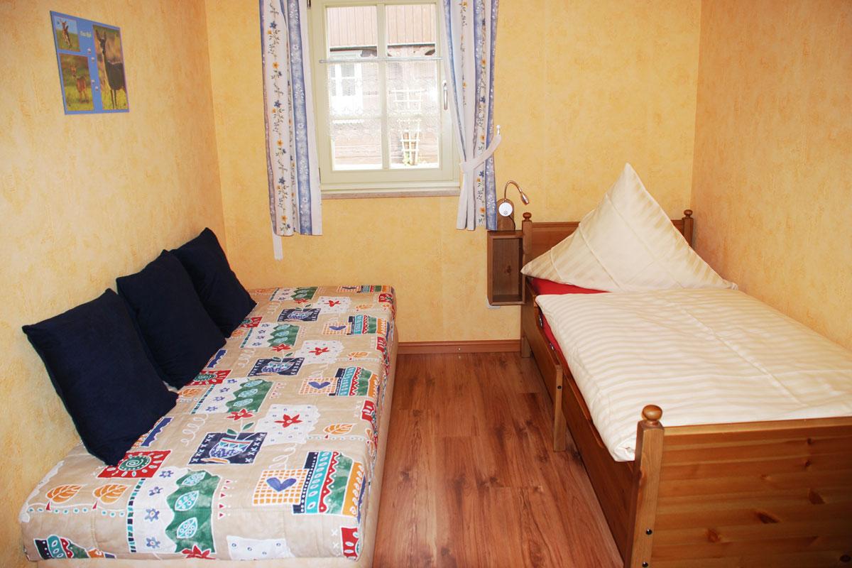 Ferienhaus am Osterbrunnen - Ferienwohnung 1 und 2 - Schlafzimmer Kinder mit zwei Einzelbetten