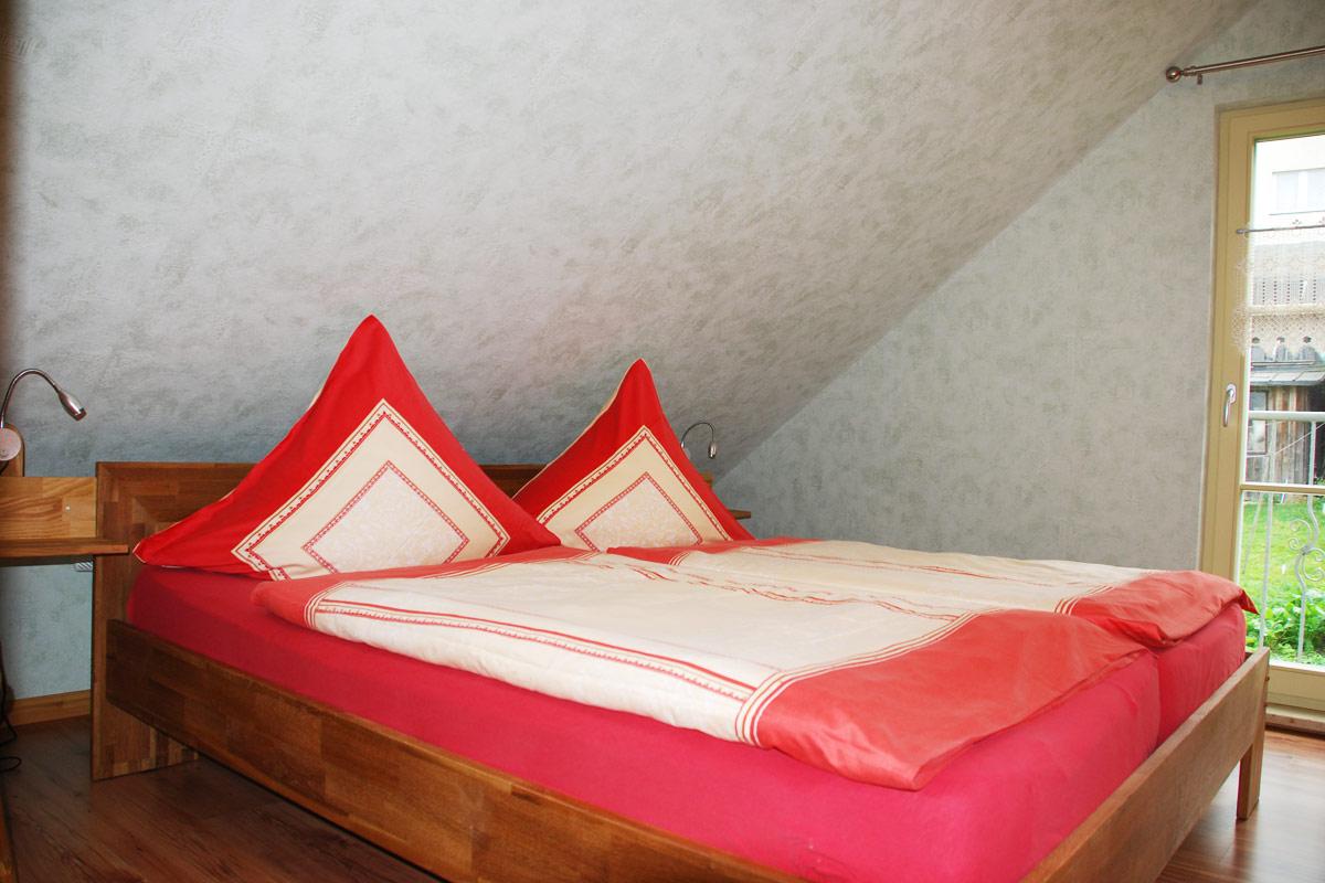 Ferienhaus am Osterbrunnen - Ferienwohnung 4 - Schlafzimmer Eltern mit Doppelbett