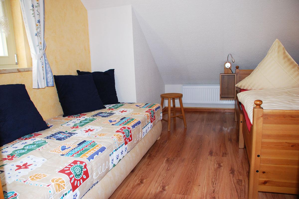 Ferienhaus am Osterbrunnen - Ferienwohnung 4 - Schlafzimmer Kinder mit zwei Einzelbetten