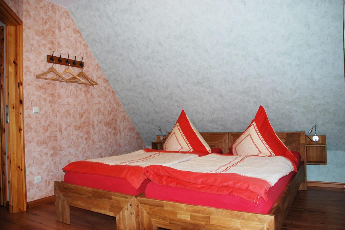 Ferienhaus am Osterbrunnen - Ferienwohnung 5 - Schlafzimmer mit Doppelbett