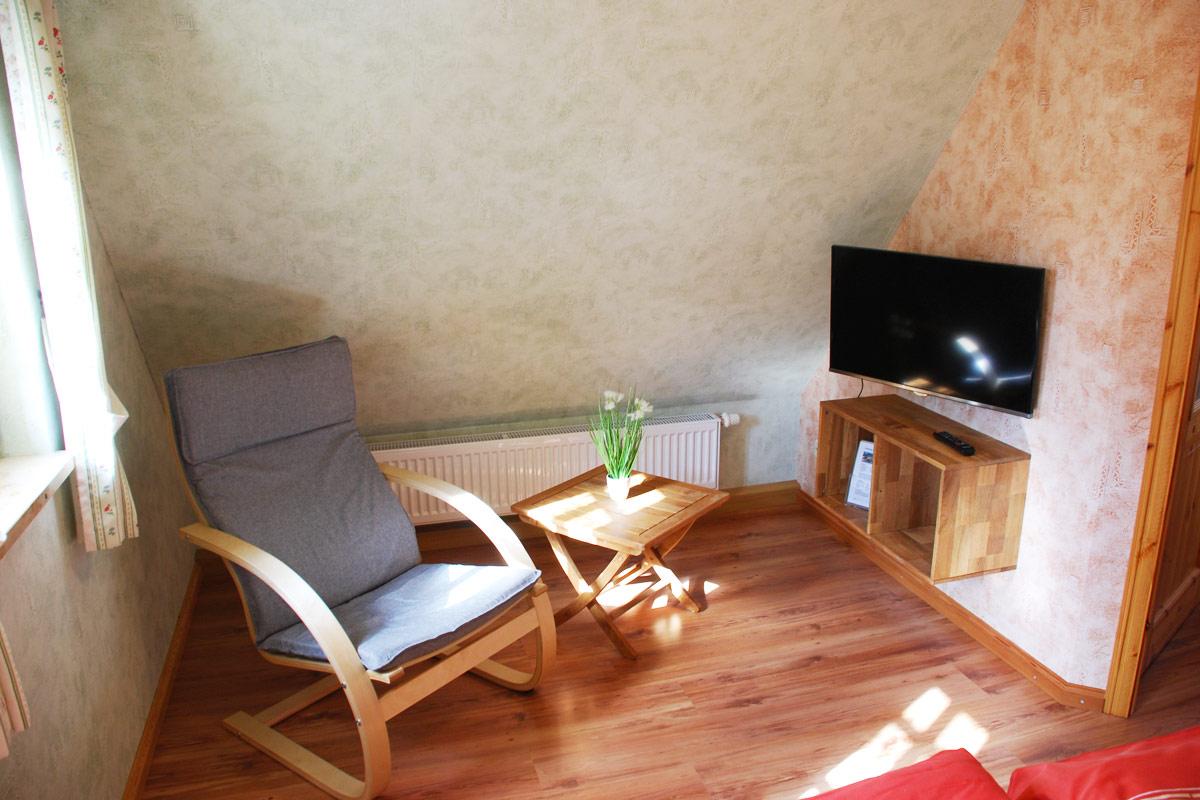 Ferienhaus am Osterbrunnen - Ferienwohnung 5 - Wohnzimmer mit Relaxsessel und TV