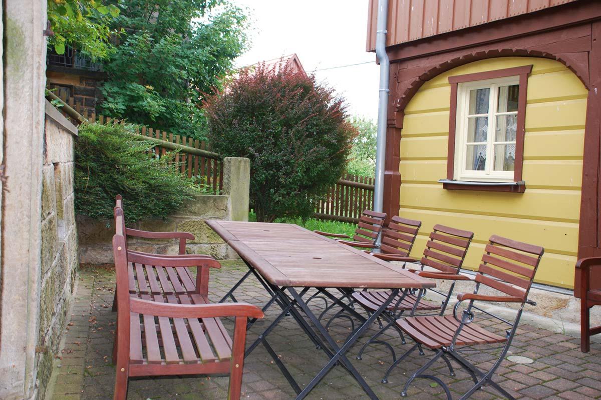 Terrasse am Ferienhaus Osterbrunnen mit Tisch und Stühlen